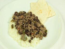 sopa-de-frijol-con-tortilla-y-arroz